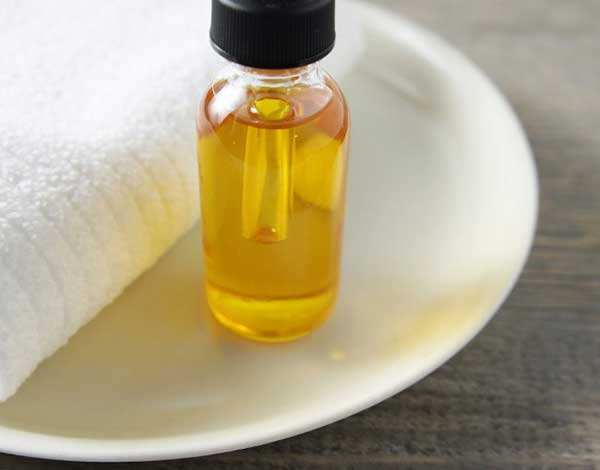 Маска из касторового масла способна сделать волосы гуще и ускорить их рост