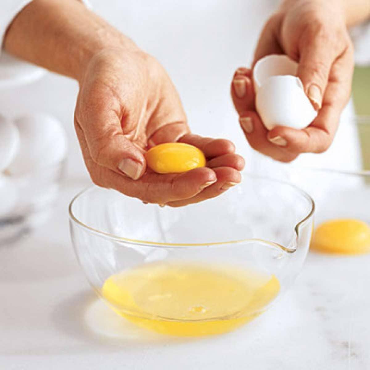 У вас сухие и ломкие волосы, тогда маска для волос из яйца и меда — это то, что вам нужно
