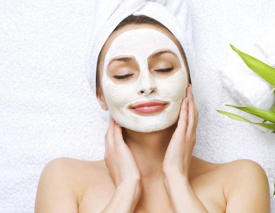 Маску из белой глины можно легко сделать в домашних условиях. Главное правило ее применения — не держать маску больше 25 минут