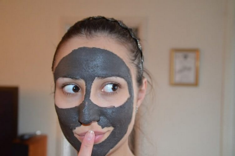 Благодаря полезным и эффективным микроэлементам, которые содержатся в черной глине, происходит очищение кожи от токсических веществ, а также ускорение обмена веществ в клетках