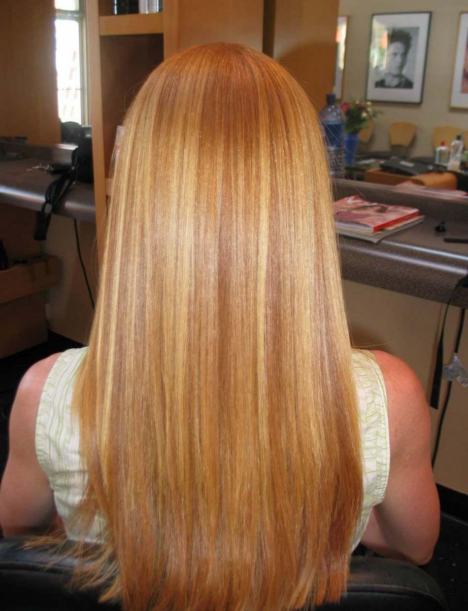 Большинство красок для осветления волос содержат перекись водорода, которая пагубно влияет на структуру волос. Если вы хотите осветлить волосы, то лучшим вариантом станет маска для волос с натуральными компонентами, сделанная самостоятельно в домашних условиях