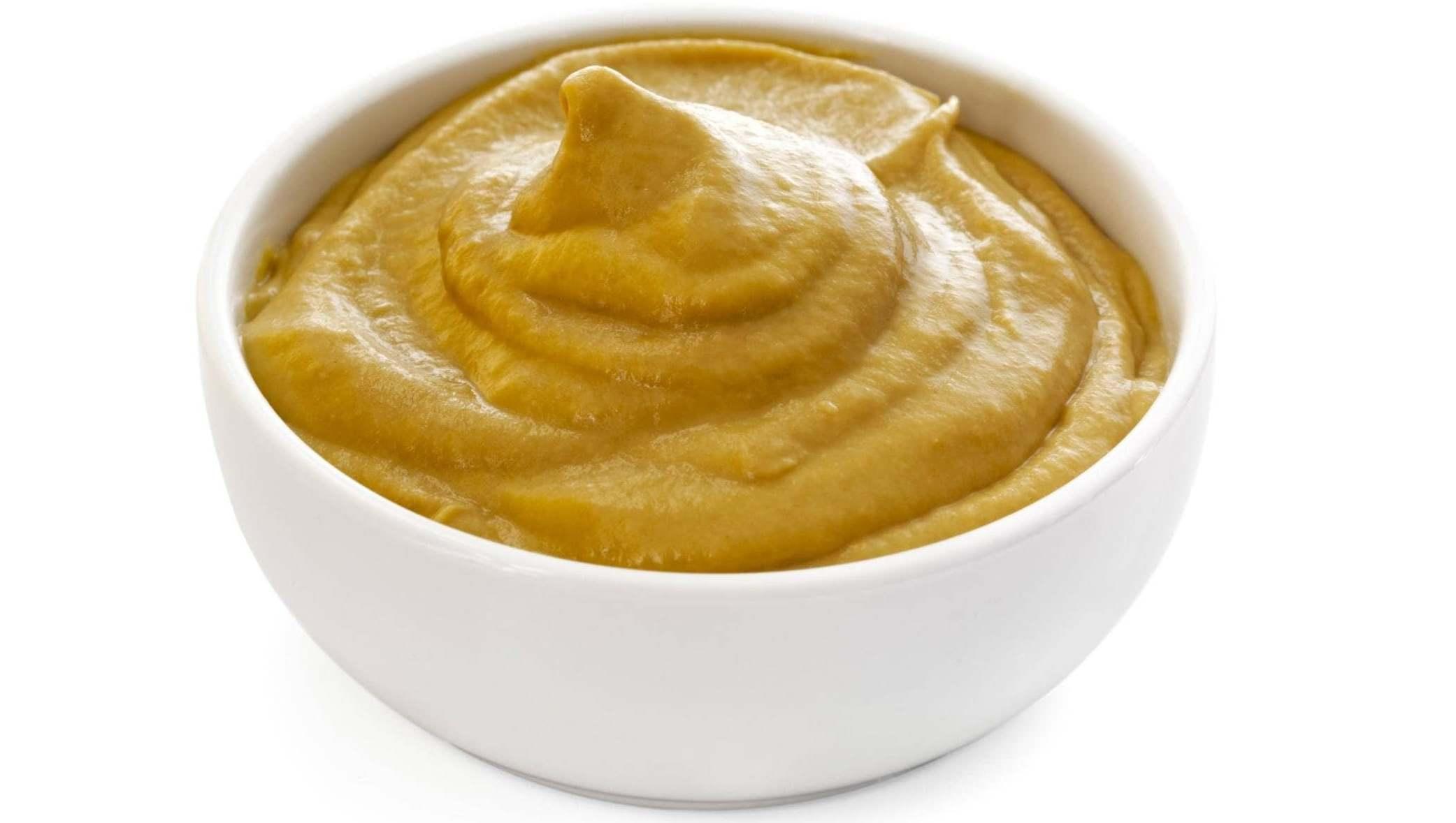 Маска из горчицы и сметаны питает и стимулирует рост волос, при этом приготовить ее можно самостоятельно в домашних условиях