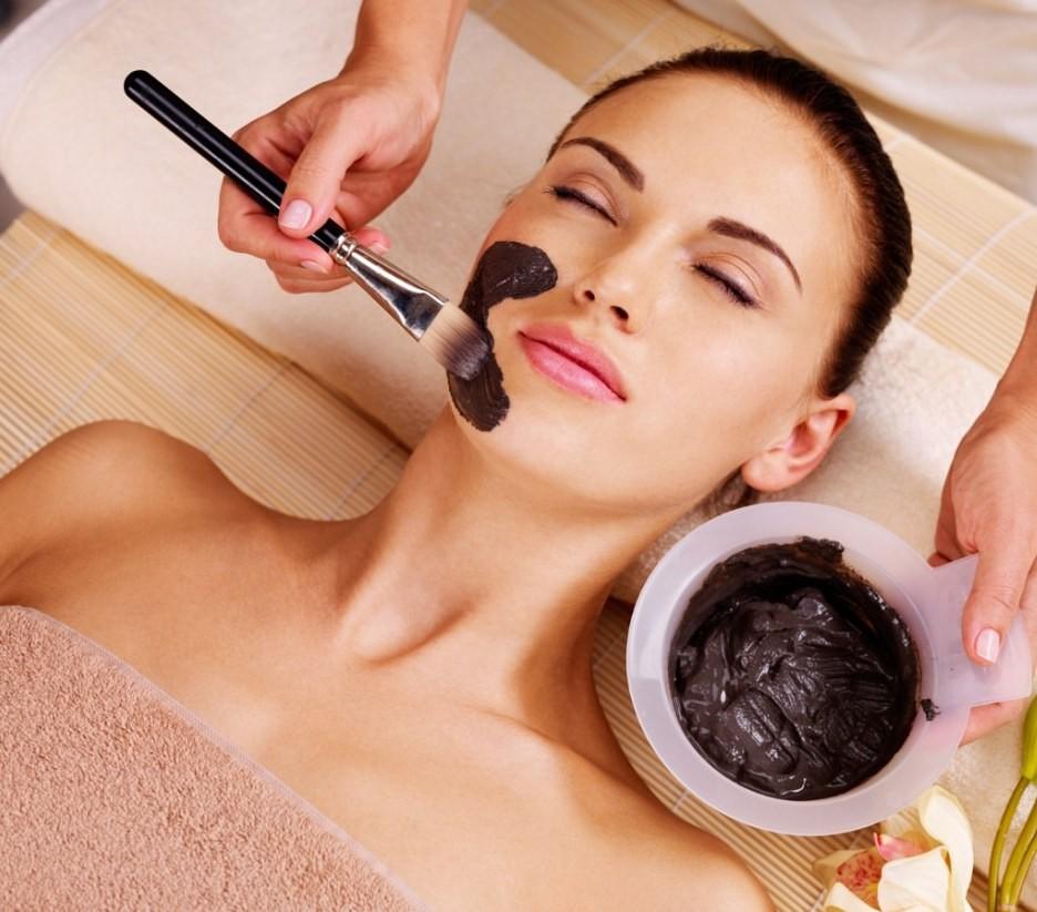 Не обязательно идти в дорогой салон красоты, маску из черной глины можно сделать самостоятельно в домашних условиях