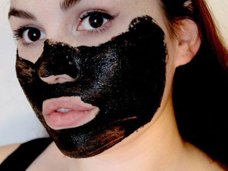 Маска из черной глины — отличное средство для тех, кто хочет избавиться от черных точек на лице