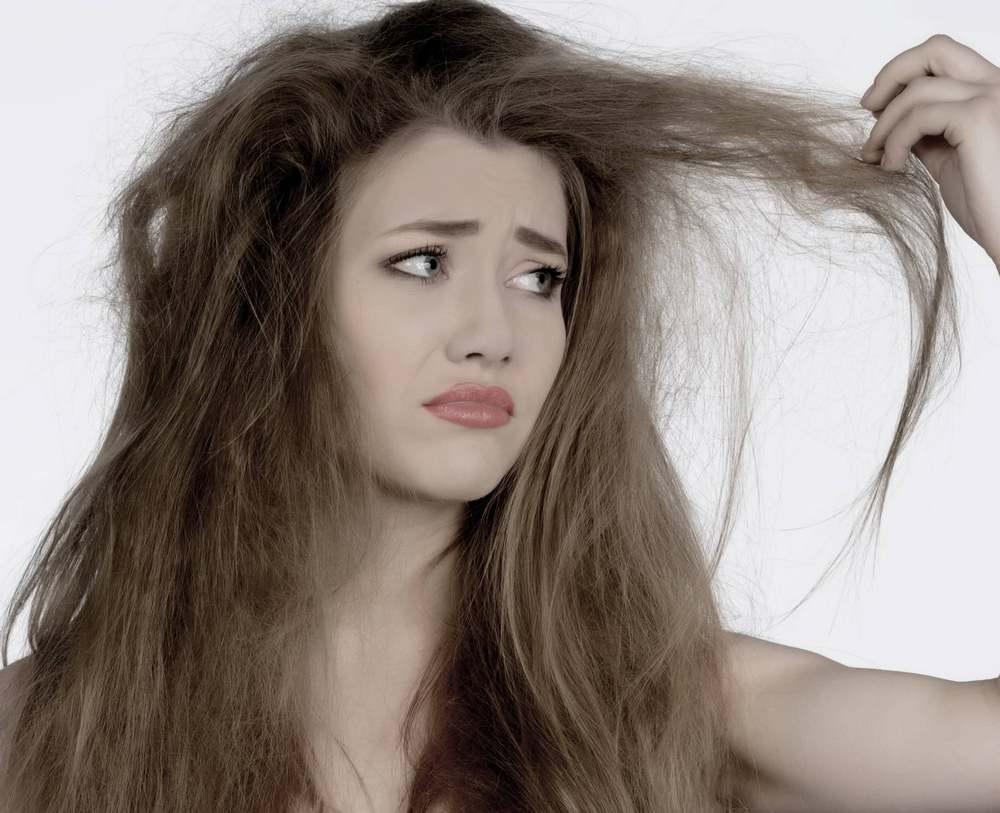 Маска для сухих и ломких волос, сделанная самостоятельно в домашних условиях, обладает потрясающим эффектом, который вы заметите сразу
