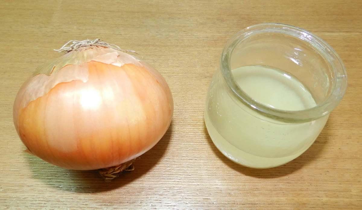 После использования маски для волос с луком, необходимо промыть их яблочным уксусом, разведенным с водой