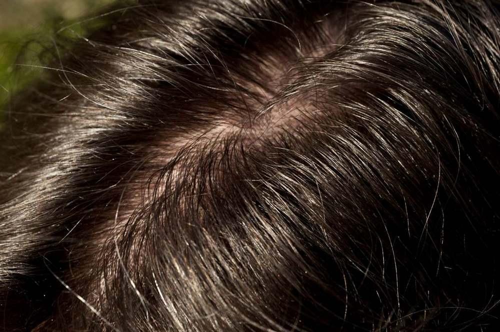 Маску для волос стоит наносить на грязные волосы только в том случае, если она содержит агрессивные компоненты