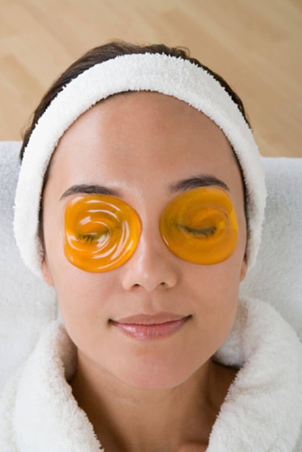 Кожа вокруг глаз требует особого ухода, так как на ней, в первую очередь, проявляются возрастные изменения и неправильный образ жизни