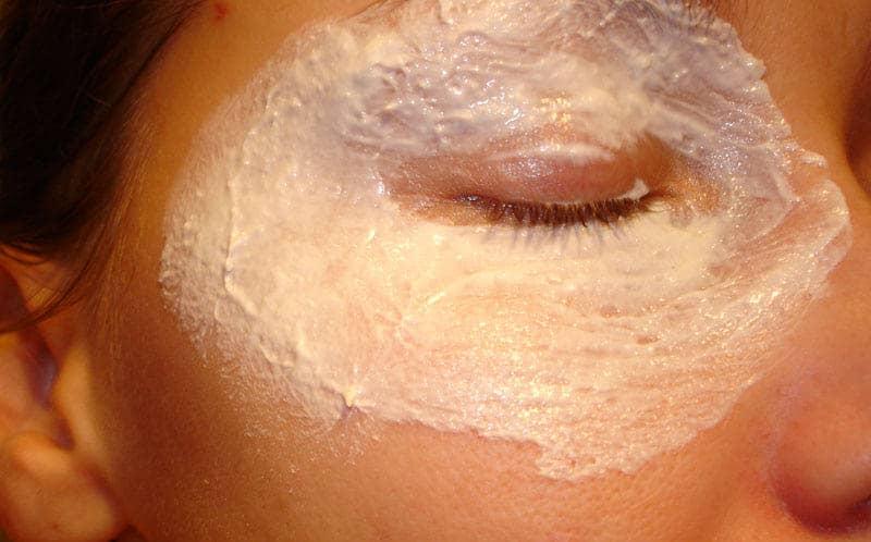 Многие девушки делают маски для лица, однако не уделяют должного внимания коже вокруг глаз