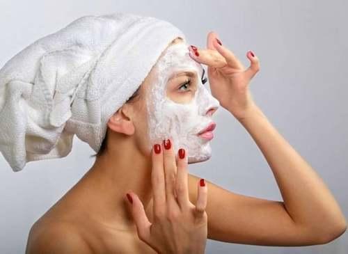 Чтобы предотвратить появление прыщей и угрей, необходимо периодически делать очищающие маски для лица
