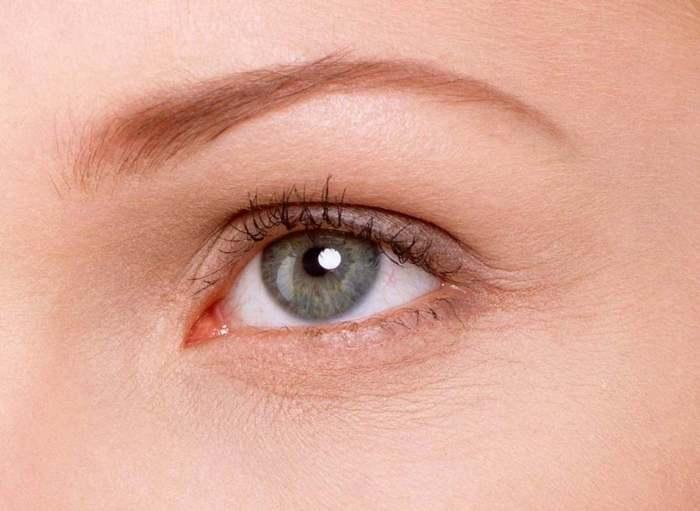 Чтобы улучшить состояние кожи вокруг глаз, необходимо делать эффективные маски