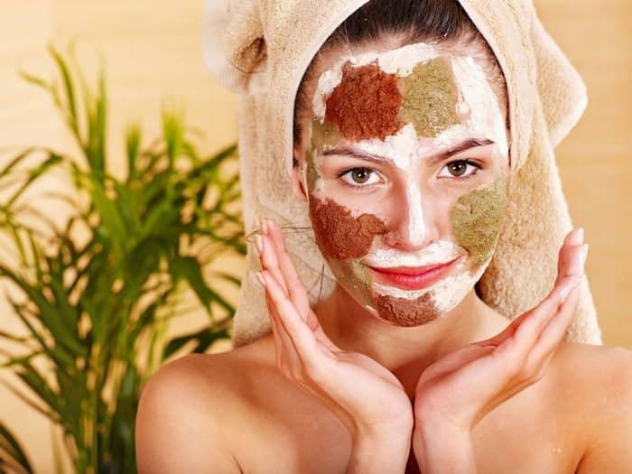 В последнее время все больше женщин предпочитают вместо посещения дорогих салонов красоты, заниматься приготовлением масок по уходу за кожей лица в домашних условиях
