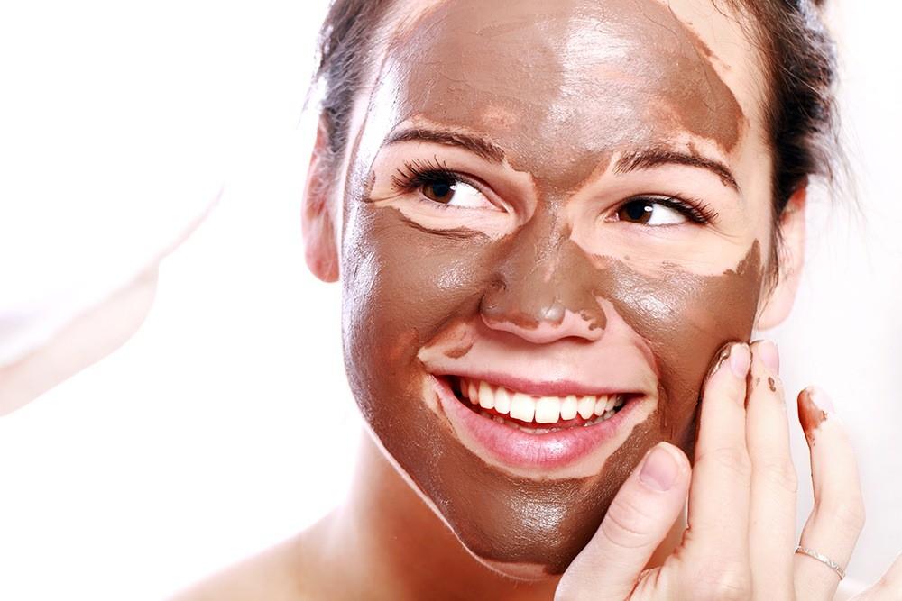 Для приготовления маски для лица, косметологи рекомендуют использовать горький шоколад, где какао содержится выше 50%