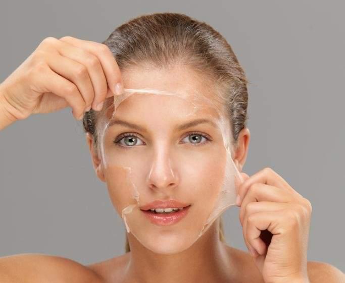 Маски при потере кожей лица упругости могут понадобиться как при нехватке влаги, так и при излишних сальных выделениях