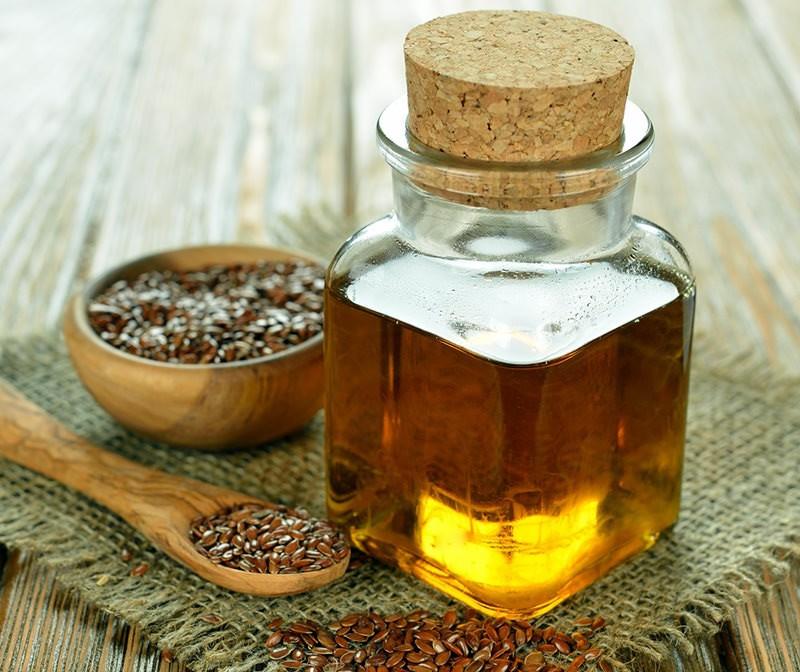 Большое преимущество льняного масла – это содержание как ценных витаминов А, E, F, так и необходимых кислот Омега-6, Омега-3