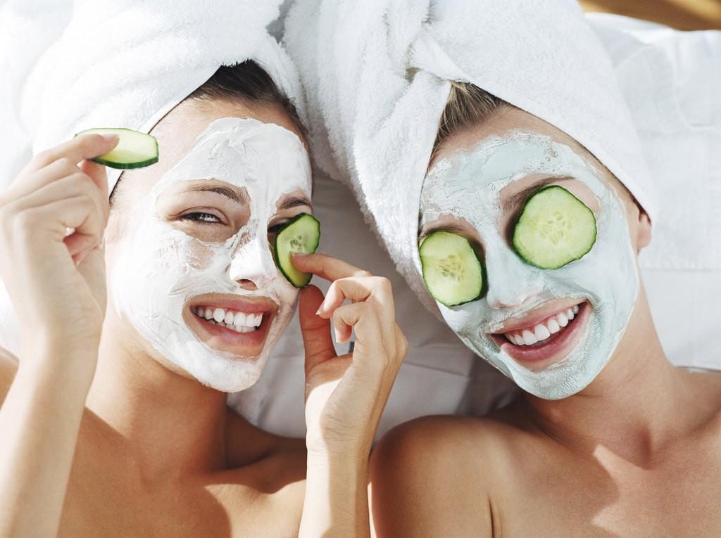 Наносить косметические маски лучше всего в утреннее время, чтобы добиться положительного действия на кожу лица