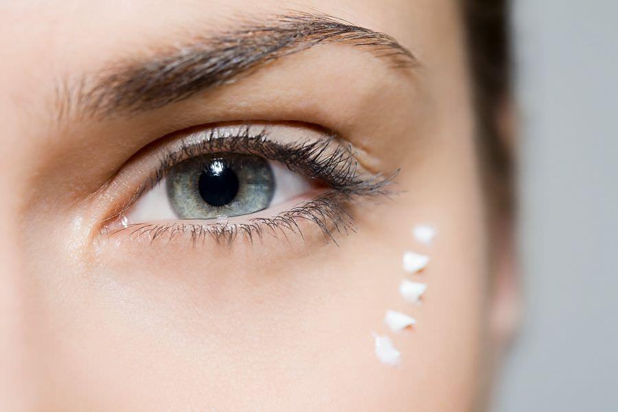 Подтягивающая маска для век очень увлажняющая и эффективная, она помогает разглаживанию морщин и предотвращает появление гусиных лапок