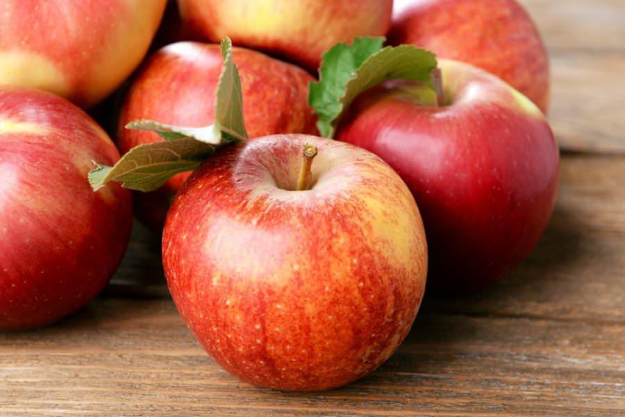 Приготовление маски на основе яблока займет немного времени, зато эффект будет налицо