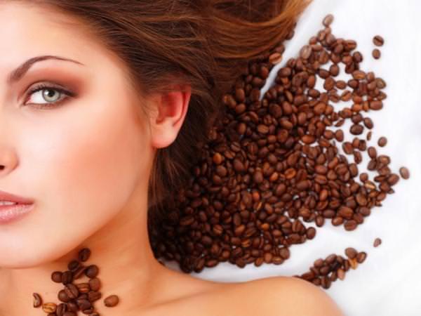 Кофейная маска для лица повышает тонус кожи, улучшает цвет и помогает бороться с мелкими морщинками