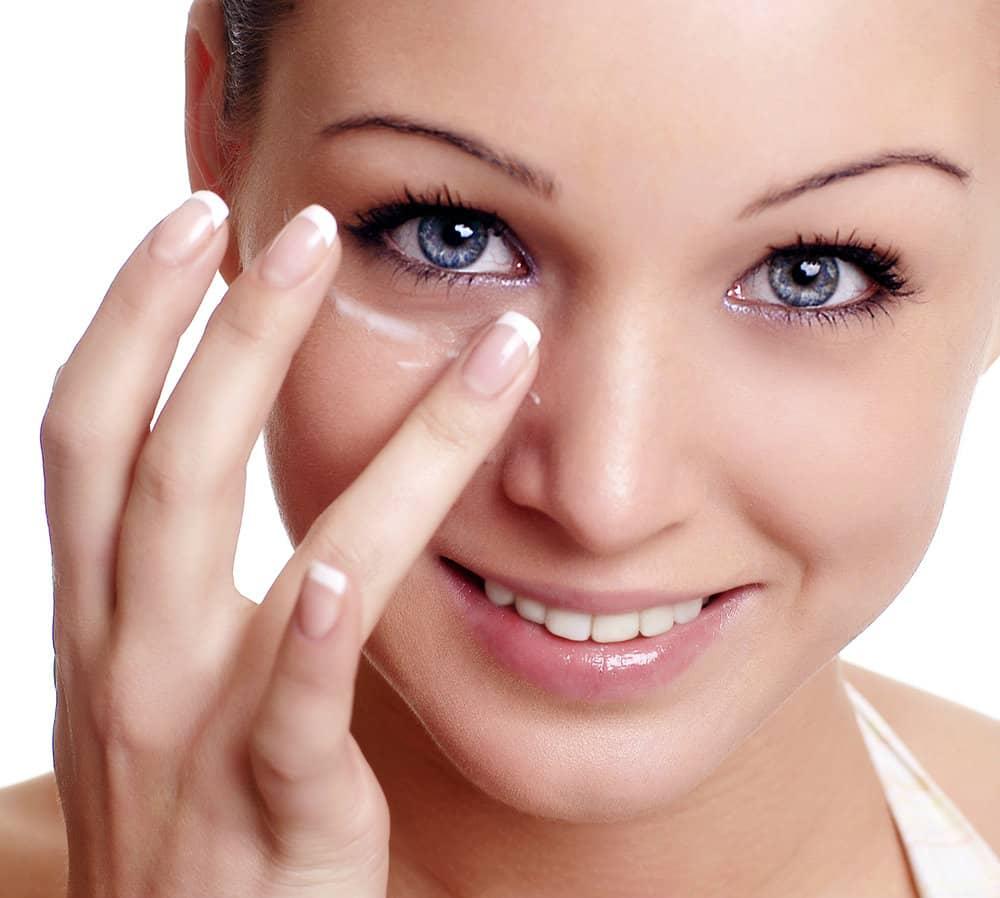 Не обязательно посещать дорогие салоны, чтобы правильно ухаживать за кожей вокруг глаз, это можно сделать в домашних условиях