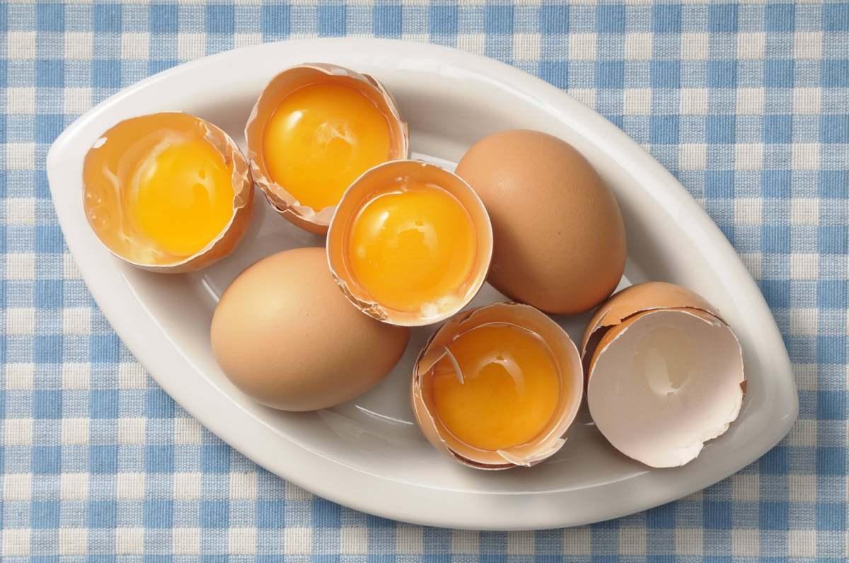 Яйцо — самый популярный и эффективный продукт, который используют при приготовлении масок для восстановления кожи лица