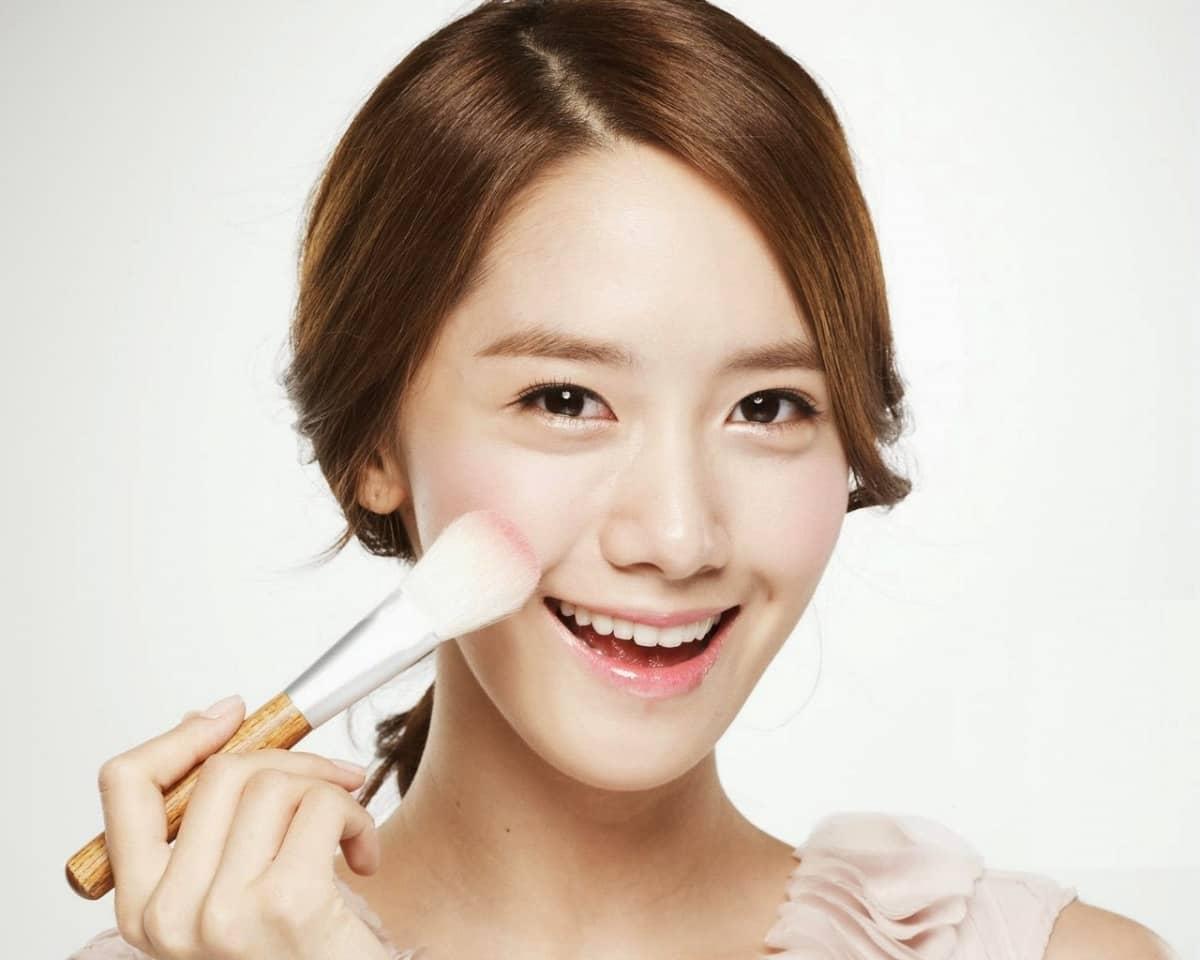 Большинство корейских женщин могут похвастаться молодой и здоровой кожей. Все это благодаря тому, что их с детства приучают пользоваться различными косметическими средствами