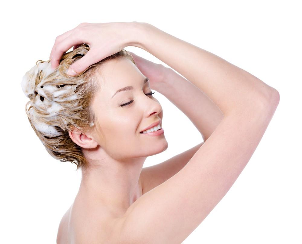 Маска из белой глины придает волосам объем, и они дольше остаются чистыми