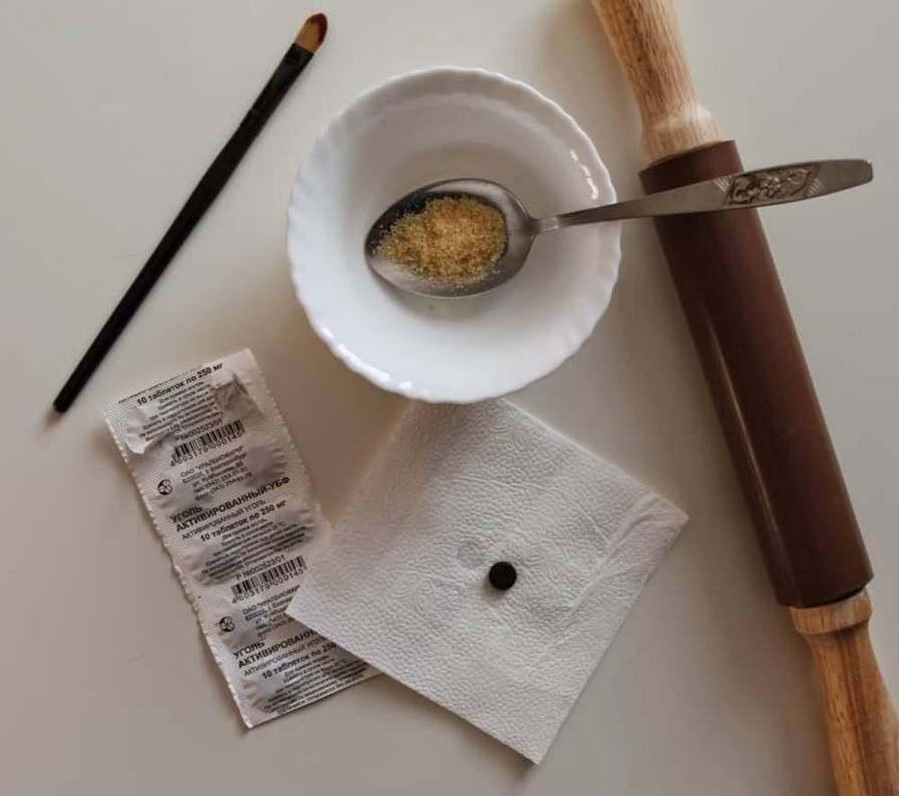 Уголь с косметической глиной — один из самых популярных рецептов маски для лица, помогающий избавиться от черных точек