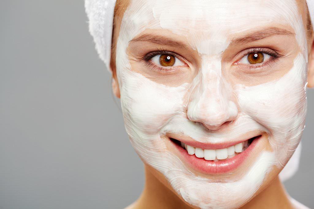 Маска из творога и сметаны помогает восстановить естественный и здоровый цвет кожи лица