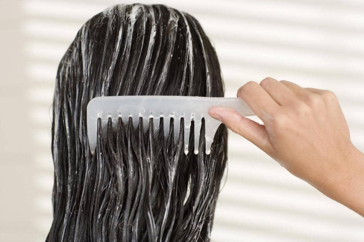 Репейное масло очень полезно для структуры волос, так как оно насыщено полезными элементами и витаминами