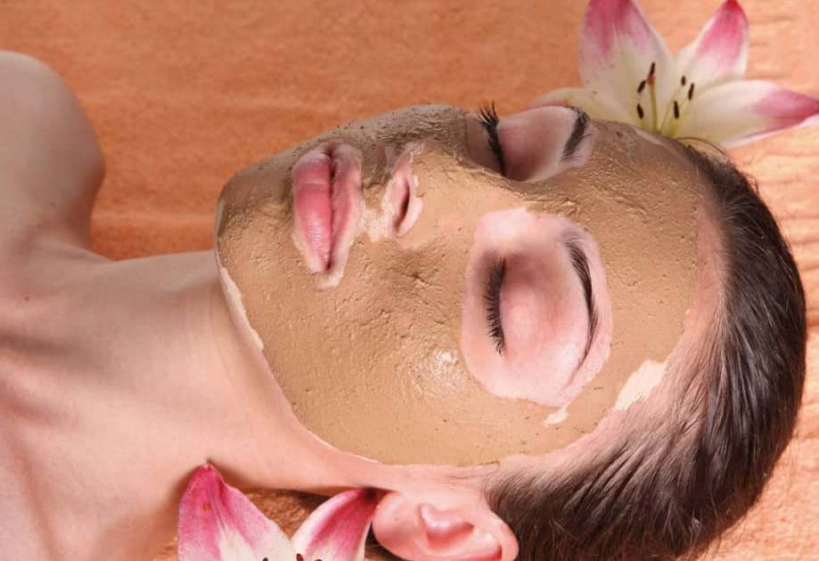 Разогревающую маску можно самостоятельно приготовить дома. Для этого вам понадобятся: мед, белая глина и кофейная гуща