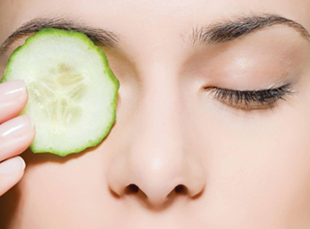 На сегодняшний день очень популярны маски для глаз с использованием овощей или фруктов