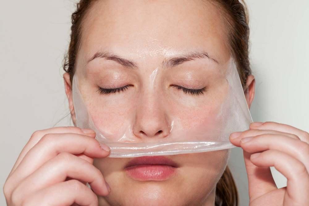 Маска-пленка из желатина отлично справляется с очищением кожи лица