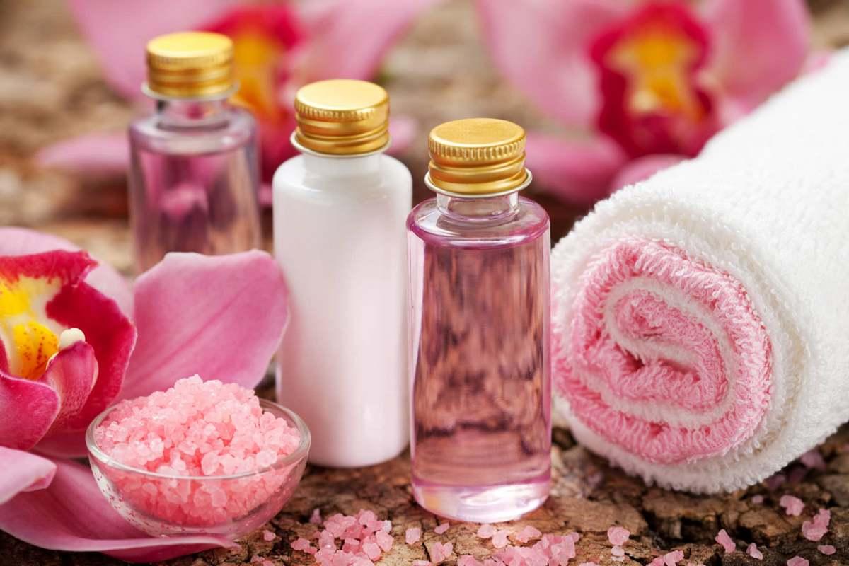 Чтобы увлажнить кожу лица можно использовать натуральные масла, которые значительно улучшают состояние кожного покрова