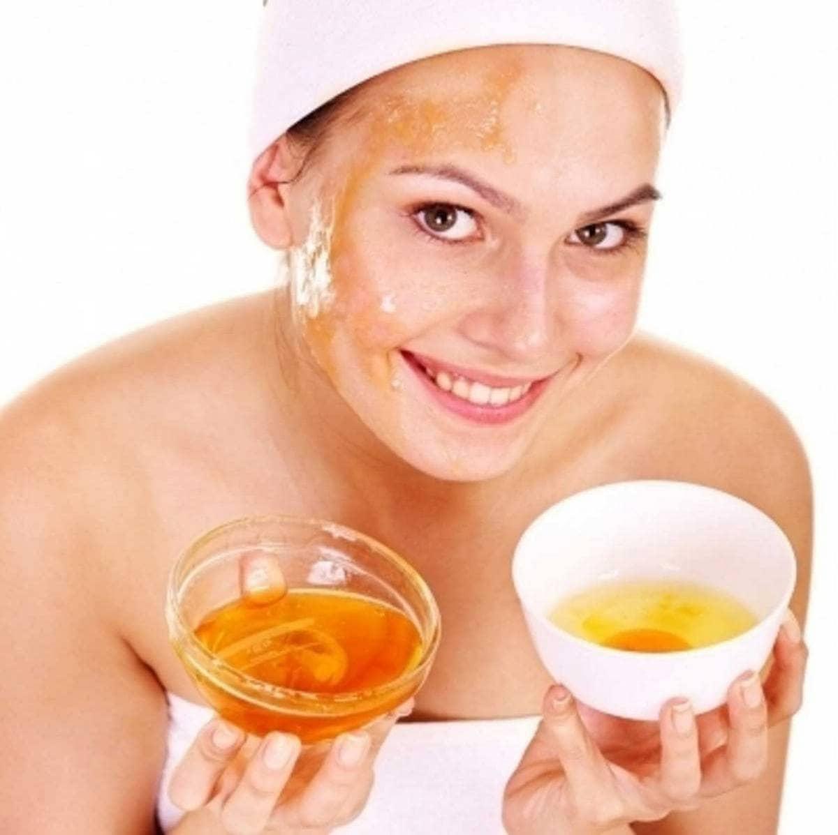 Если ваша кожа на лице шелушится, то вам подойдет маска из меда, желтка и растительного масла