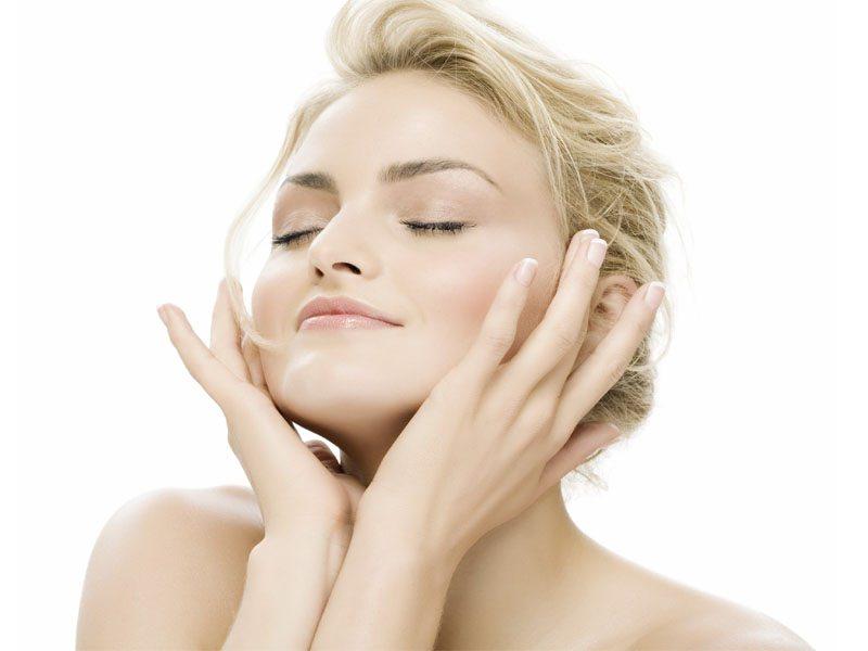 Успокаивающая маска для лица должна быть в арсенале каждой женщины как вариант скорой помощи для внешней красоты