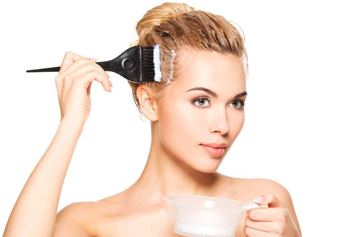 Репейную маску необходимо равномерно распределить и втирать в кожу головы