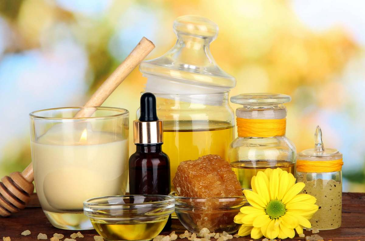Чтобы сделать маску для глаз в домашних условиях, вам понадобятся обычные недорогие ингредиенты: масло оливковое, творог или сметана, зелень