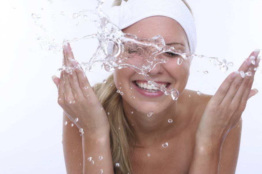 Перед нанесением маски на лицо необходимо тщательно умыться, чтобы убрать излишки пота и подготовить кожу к процедурам