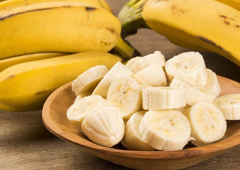 Витамины группы В, содержащиеся в бананах, создают защитный барьер, предотвращая пагубное влияние на кожу негативных факторов