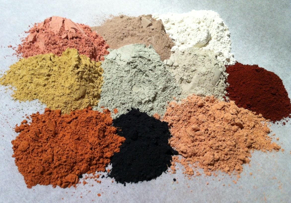 Глина для волос различается по цвету и составу, а ее цвет зависит от содержащихся в ней минералов