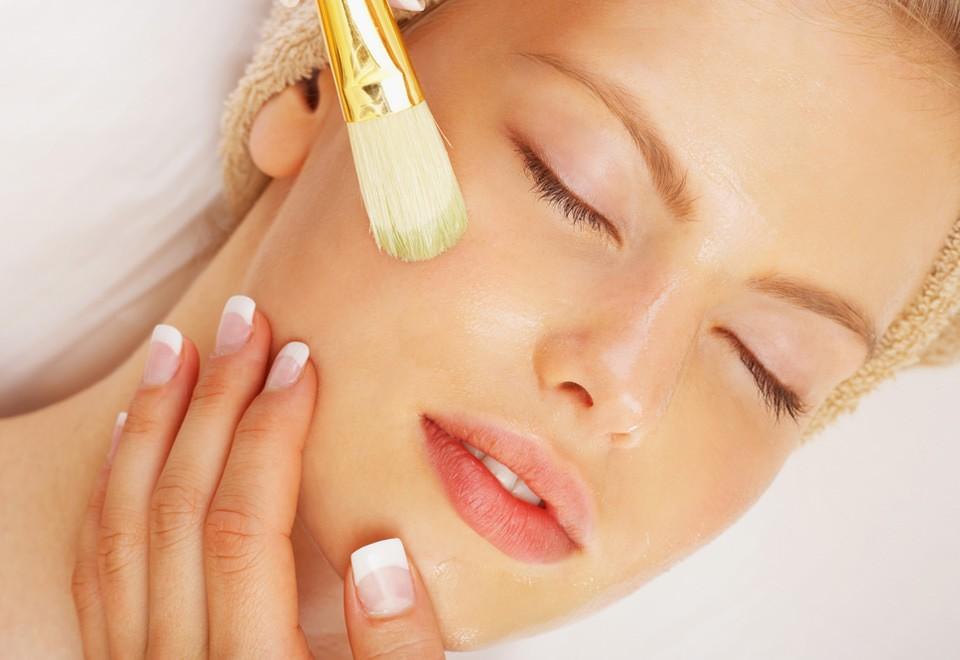 Яблочная маска помогает избавиться от пигментных пятен на коже, делая менее заметными и веснушки