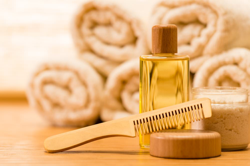 Маски для волос с льняным маслом прекрасно лечат пересушенные, посеченные и слабые волосы