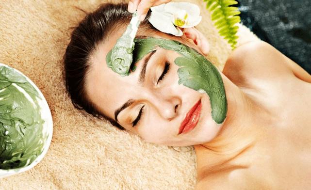 Разнообразные маски из ламинарии позволяют бороться с естественным старением кожи и способствуют омоложению лица