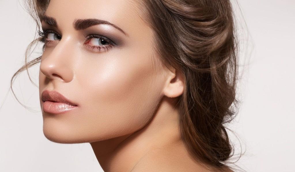 Проблема на лице представлена жирными участками кожи в Т-образной зоне, при этом кожа возле глаз и на шее может отличаться сухостью