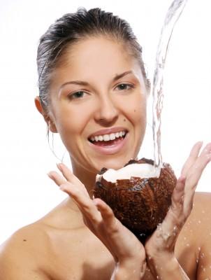 Использование кокосового масла в косметологии дало значительный толчок вперед для придания красоты многим женщинам
