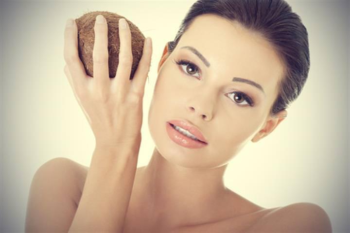 Маска из кокосового масла прекрасно восстанавливает цвет лица и одновременно увлажняет кожу