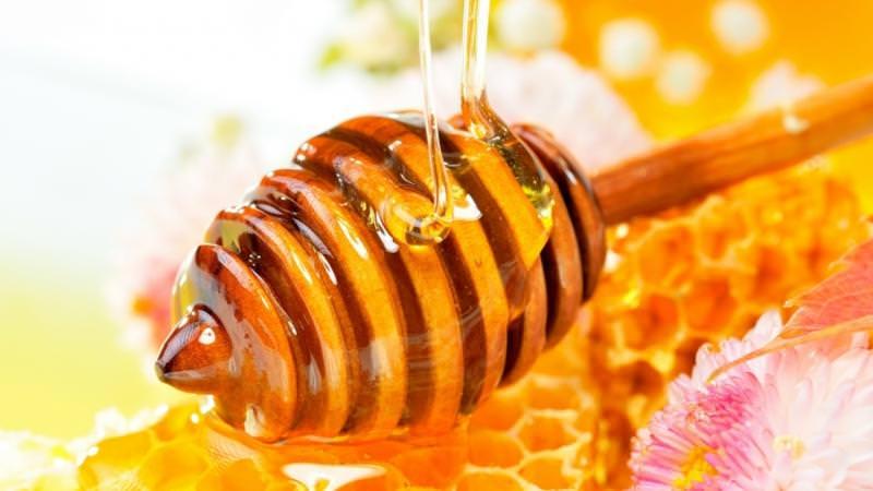 Мед нельзя сильно нагревать, потому что достигая температуры 80 градусов, он теряет свои полезные качества
