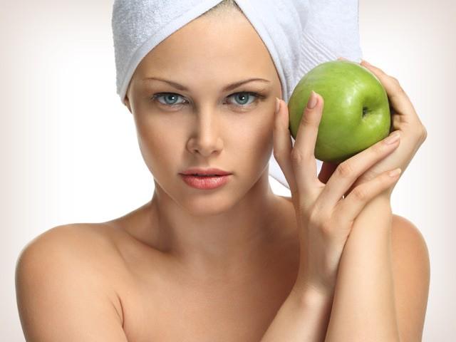 Маска из яблока очищает кожу от ороговевших частиц, смягчает, тонизирует и способствует улучшению цвета лица