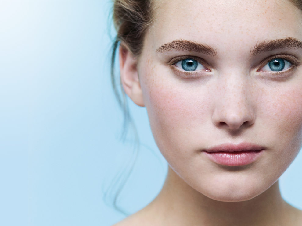 Достаточное употребление витаминов групп А и В уменьшит покраснения на коже